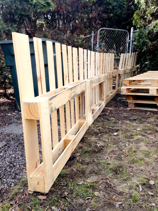 12 Pallet Fence Ideas Anyone Can Make